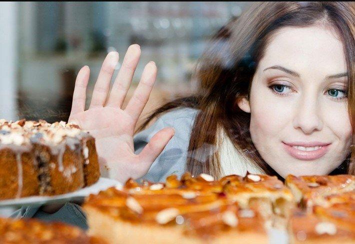 баловать десертами