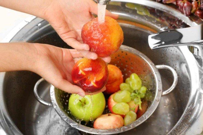 мыть фрукты