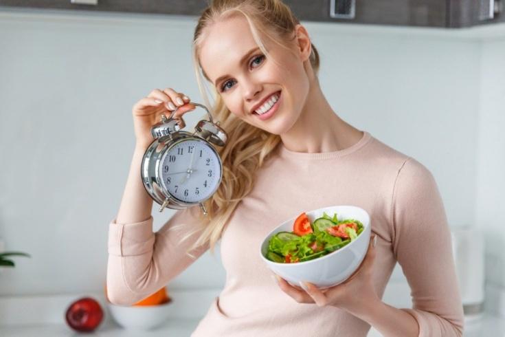 Улучшаем работу желудка, просто изменив время приема пищи: интервальное голодание
