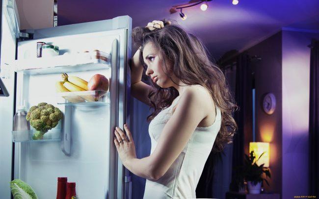 Девушка у холодильника