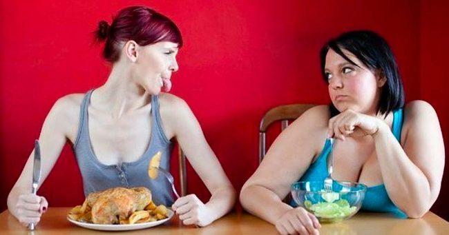 Девушки сидят за столом
