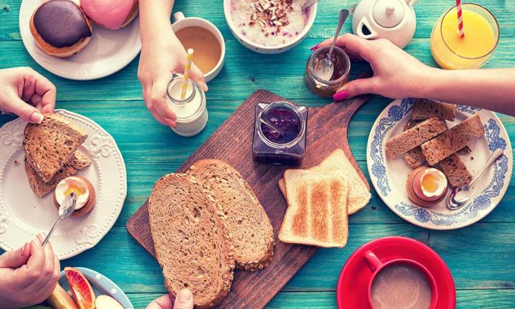 Люди завтракают