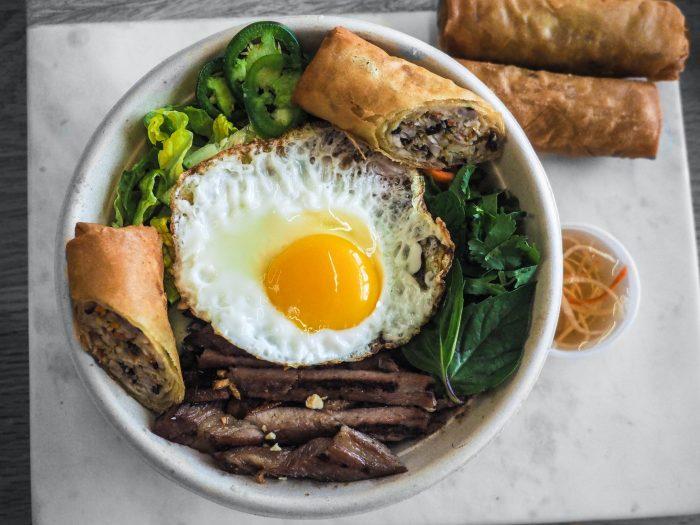 Блюдо с мясом и яйцом