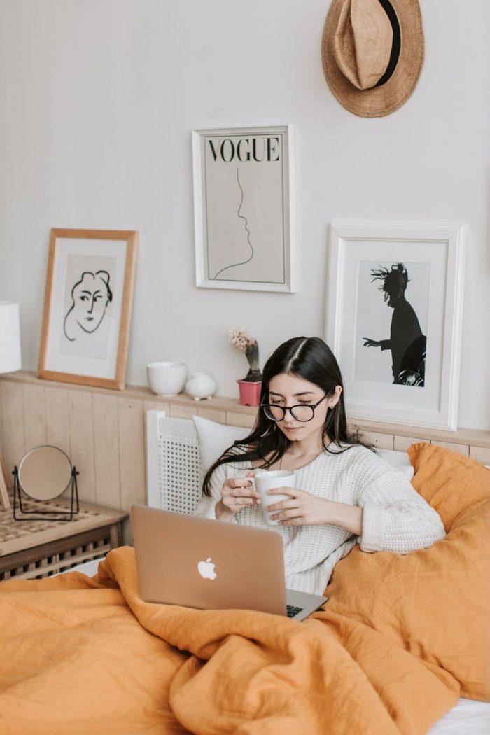 Девушка в кровати с ноутбуком