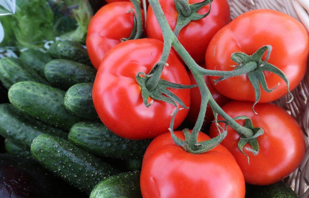 Правда ли, что нельзя есть огурцы и помидоры вместе